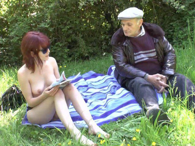 Une baise folle dans les herbes pour cette libertine