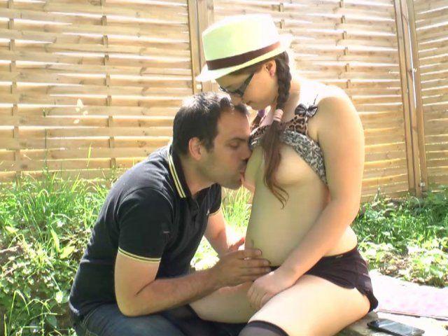 Jeune bachelière baisée en levrette dans le jardin