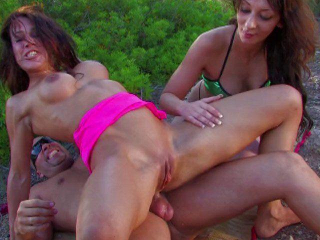 Trio sexe d'enfer dans la brousse