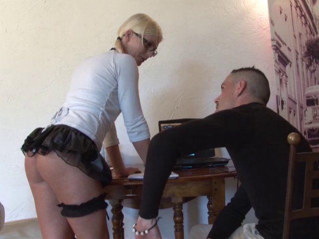 Une blonde chaudasse se fait fourrer le fion