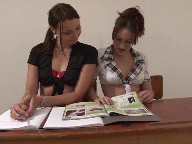 Deux étudiantes sexy, punies par leur prof