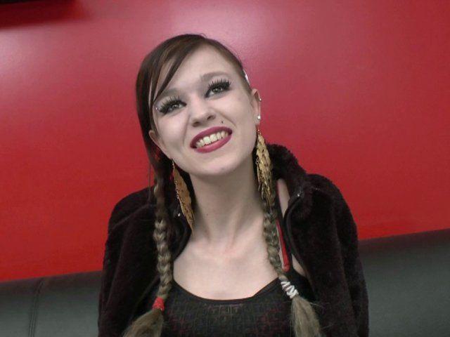 Une jeune femme libertine avec des couettes très coquine