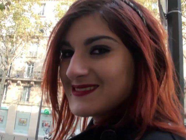 Une jeune amatrice rousse de 18 ans nous dévoile ses charmes