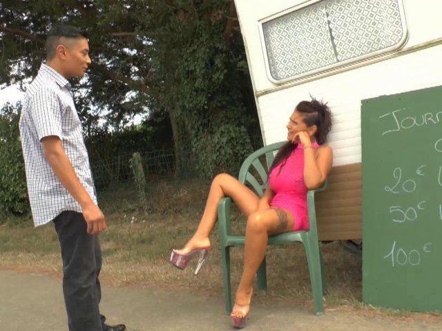 Une femme aux gros seins en vacance se fait sodomiser