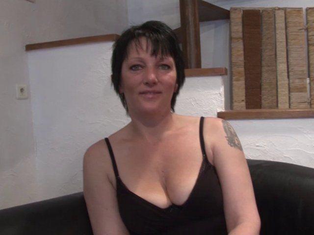 Une amatrice tatouée brune démontée et fistée