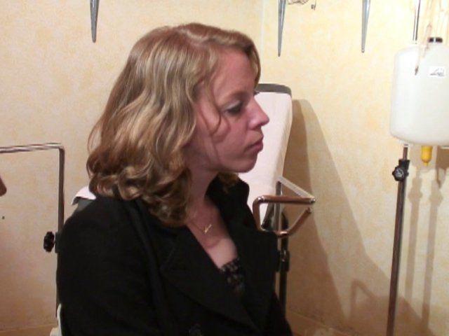 Fist anal et vaginal d'une amatrice chez la gynéco