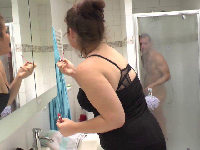 Trio d'une salope en chaleur dans une salle de bain