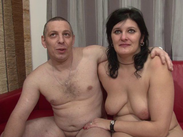 Il baise sa femme devant la caméra