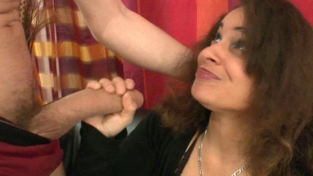 Beurette, jeune femme libertine dans une partie de sexe à trois