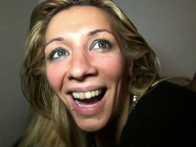 Une jeune femme blonde libertine dans un porno à trois