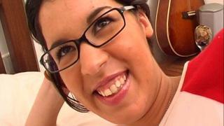 La jeune femme libertine étudiante à lunettes de Paris baise avec masseur !