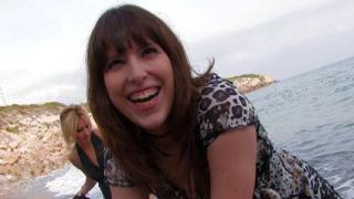 Sexe à trois au bord de la plage avec une jeune libertine !