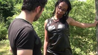Jeune femme black chaude pour session porno hard
