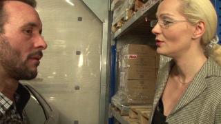 Une femme mature nue et blonde dans son garage XXX