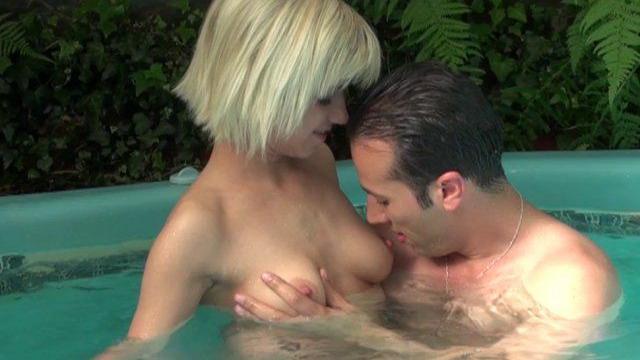 Jeune femme libertine blonde baisée dans un jacuzzi