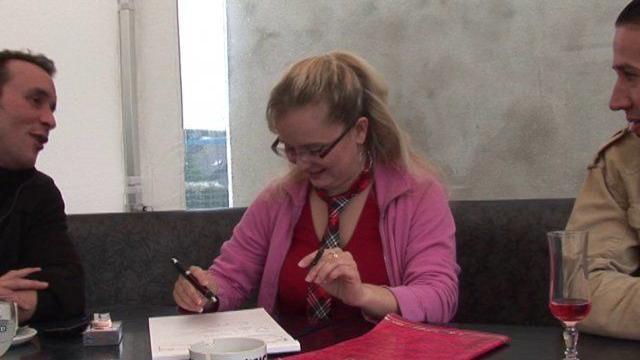 Profs libertins baisent une libertine étudiante blondasse