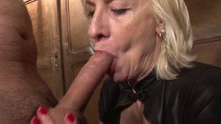 Mature blonde débauchée baisée dans son bar