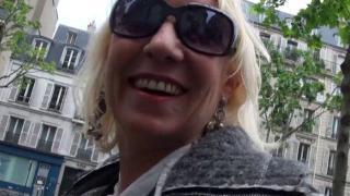 Petite femme blonde astiqueuse de bite