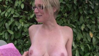 Femme libertine blonde se fait défoncer le cul et la chatte