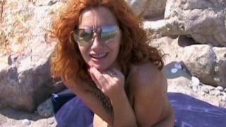 Femme rouquine en chaleur baisée sur une plage