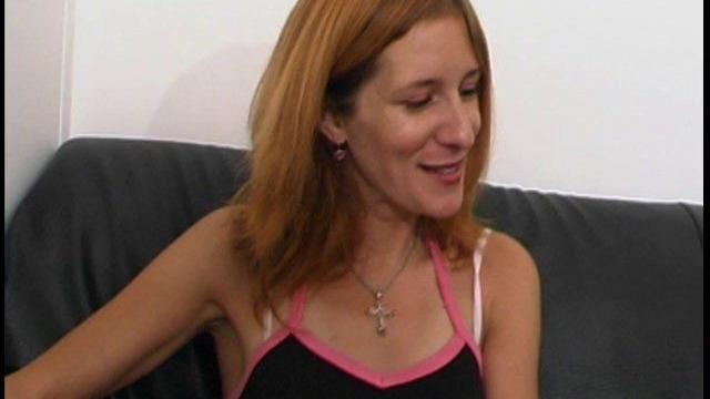 Femme rousse timide mais sexuellement au point