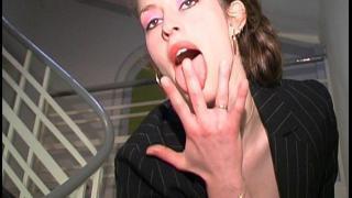 Femme libertine sexy, jeune, fougueuse baisée dans un bureau