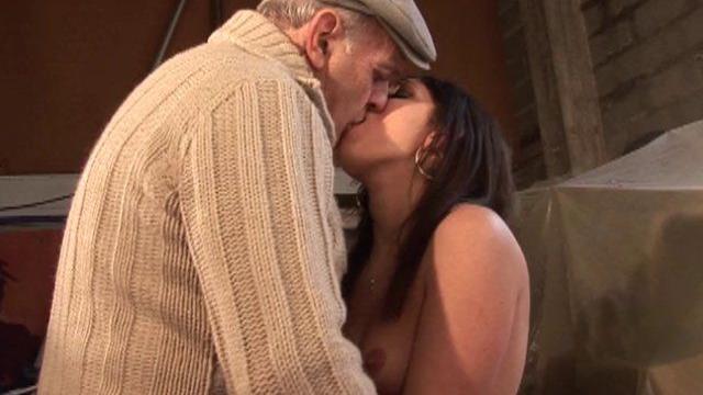 Jeune demoiselle baisée par papy et son employé