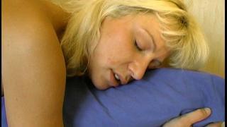 Vidéo porno vintage d'une femme libertine blonde salope