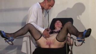Femme mature nue baisée par deux toubibs dans cette partouze