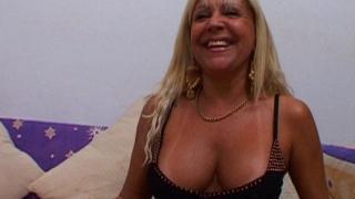 Mature blonde salope baise et boit du sperme