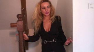 Femme célibataire se fait niquer pendant un gang bang