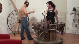 La jolie femme coquine aime le BDSM