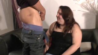 Femme libertine ronde baisée par des mecs dans un triolisme XXX