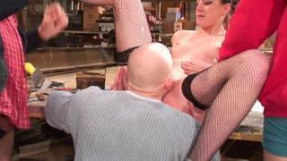 Femme mature nue dans l'entrepôt XXX se fait baiser