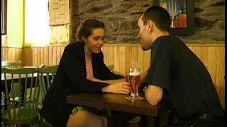 Video sexe vintage d'une femme libertine 18ans nue qui se fait baiser dans un bar