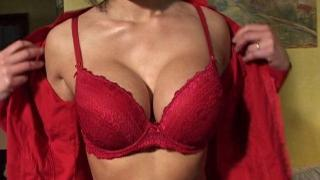 Femme libertine sexy aux gros seins se fait pénétrer