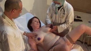 Femme mature libertine nue fait une partouze chez le docteur