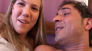 Femme libertine 18 ans nue baise hard la grosse bite d'un bel homme