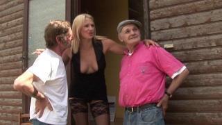 Femme infidèle blonde salope dans une bonne baise à 3
