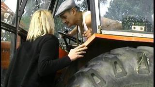 Jeune blonde baisée en trio dans une vidéo libertine