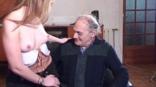 Jeune salope dans une vidéo femme nue baisée