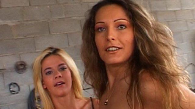 Vidéo femme nue nympho et sa copine dans une partouze