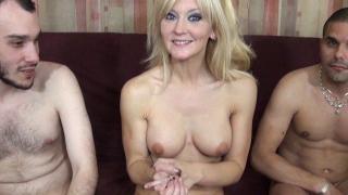 Blonde mature très salope pour trio porno
