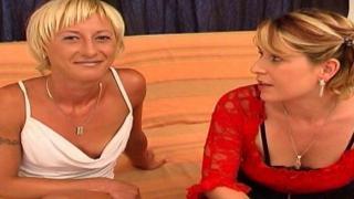 Femme mature nue dans une video libertine avec une jeune blonde