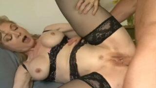 Nina, femme blonde libertine coquine offre son cul