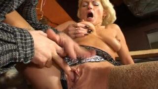 Vidéo libertine d'une vieille salope blonde