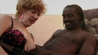 Porno vintage entre vieille salope et jeune Black TTBM