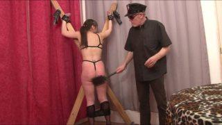 Femme soumise attachée obéit à son maître